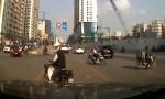 [VIDEO] Cụ ông tạt đầu ôtô còn dọa đánh tài xế