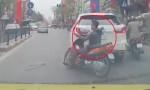 [VIDEO] Thanh niên tông xe máy vào Lexus rồi bỏ chạy