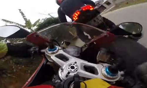 [VIDEO] Ducati phóng 128 km/h gặp nạn do đồng đội tránh con gà