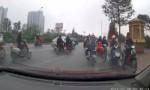 [VIDEO] Hàng loạt xe máy chạy ngược chiều trên đường Hà Nội