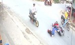 [VIDEO] Người phụ nữ ngã lộn vòng vì tông xe máy