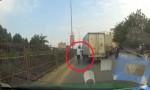 [VIDEO] 'Chạy làng' sau khi tông xe hơi, ôtô tải bị truy đuổi như phim hành động