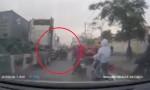 [VIDEO] Xe máy chở cồng kềnh suýt chết khi ngã vào container