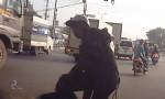[VIDEO] Xe máy sang đường ẩu bị ôtô tông