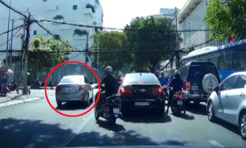 [VIDEO] Ôtô lấn làn ngược chiều để vượt đèn đỏ và rẽ phải
