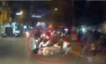 [VIDEO] Đứng dưới đường nói chuyện bị xe máy tông