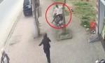 [VIDEO] Em bé vặn ga xe máy khiến hai mẹ con tông vào gốc cây