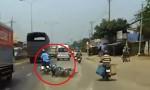 [VIDEO] Hai người ngã xe máy suýt bỏ mạng trước đầu ôtô