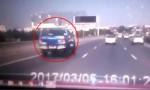 [VIDEO] Ôtô bay lộn vòng vì vượt ẩu trên cầu