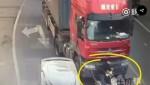 [VIDEO] Ngã vào điểm mù của xe tải, người đi xe máy sống sót kỳ diệu