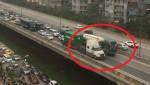 [VIDEO] Hai container 'rùa bò' cản đường hàng trăm ôtô
