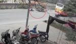 [VIDEO] Va chạm với ôtô buýt, xe máy gây tai nạn liên hoàn