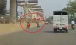 [VIDEO] Quái xế chạy xe máy ngược chiều bị phang gậy