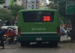 [VIDEO] Tài xế phi xe buýt lên vỉa hè để tránh tắc đường