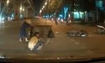 [VIDEO] Thanh niên chạy xe máy ngã sõng soài vì tránh chị lao công
