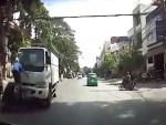 [VIDEO] Người đàn ông chạy xe máy lấn làn bị ôtô hất tung lên trời