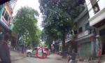 [VIDEO] Thanh niên đu người giữ ôtô mất phanh tay