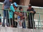 [VIDEO] Bé trai bị kẹt đầu ở song sắt trên khán đài Cao Lãnh