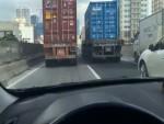 [VIDEO] Hai container chạy song song 20 phút trên đường ở Hà Nội
