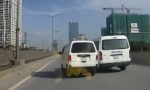 [VIDEO] Ôtô lấn làn bị ép sát dải phân cách