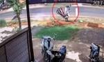 [VIDEO] Thanh niên bay khỏi xe máy vì tránh người qua đường