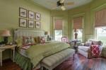Những phòng ngủ sinh động với hai màu xanh lá và đỏ