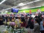 Người dân Thủ đô chen chân sắm Tết trong siêu thị