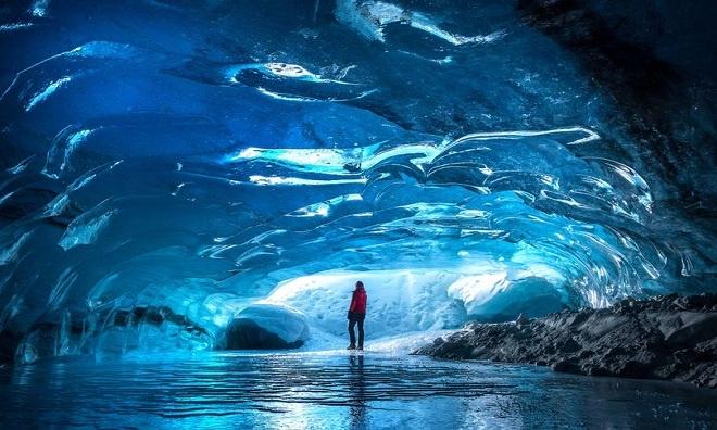 Hang động kỳ ảo dưới lòng sông băng Bắc Mỹ