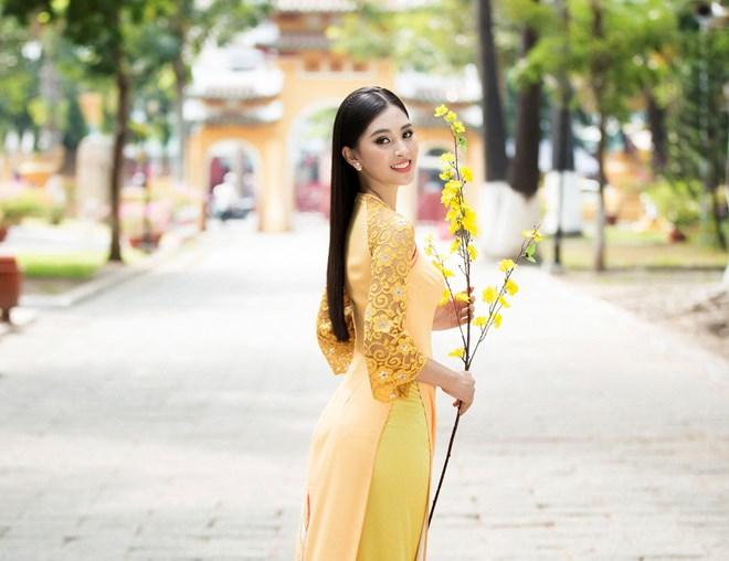 Hoa hậu Tiểu Vy rạng rỡ đầy gợi cảm trong tà áo dài đón Xuân