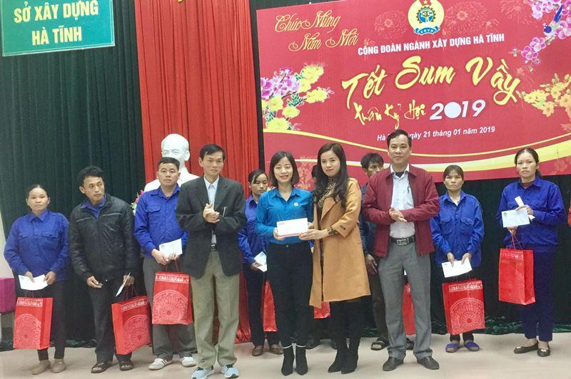 Báo Xây dựng tại Hà Tĩnh trao quà cho đoàn viên ngành Xây dựng có hoàn cảnh đặc biệt khó khăn năm 2019