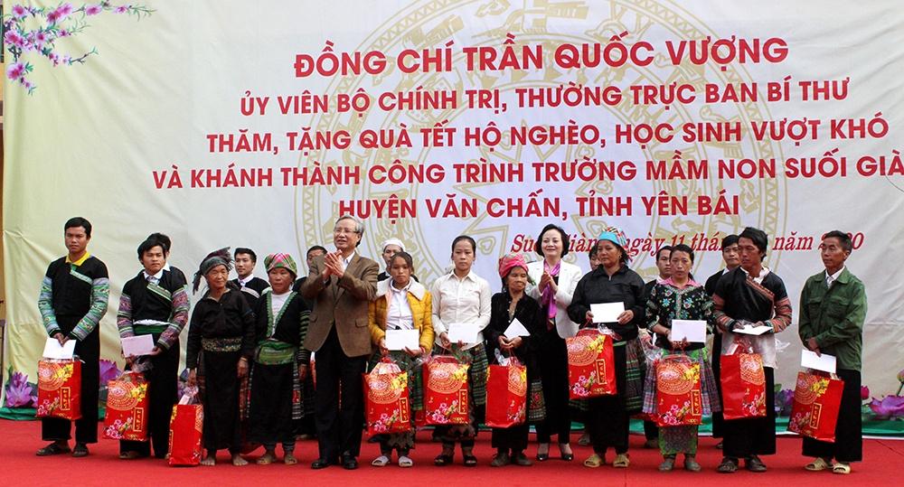 Thường trực Ban Bí thư Trần Quốc Vượng tặng quà tết tại huyện Văn Chấn, tỉnh Yên Bái