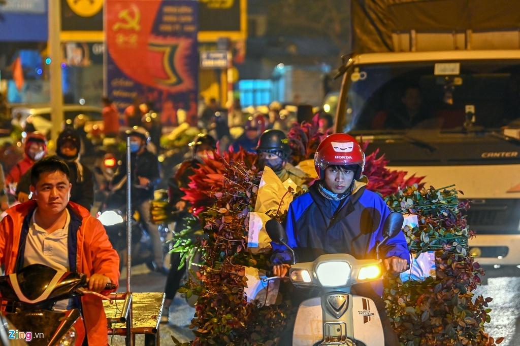 Hà Nội kẹt xe hàng km từ mờ sáng 28 Tết