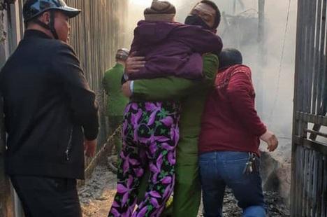 Hà Nội: Giải cứu 4 cụ già, em nhỏ khỏi đám cháy lớn