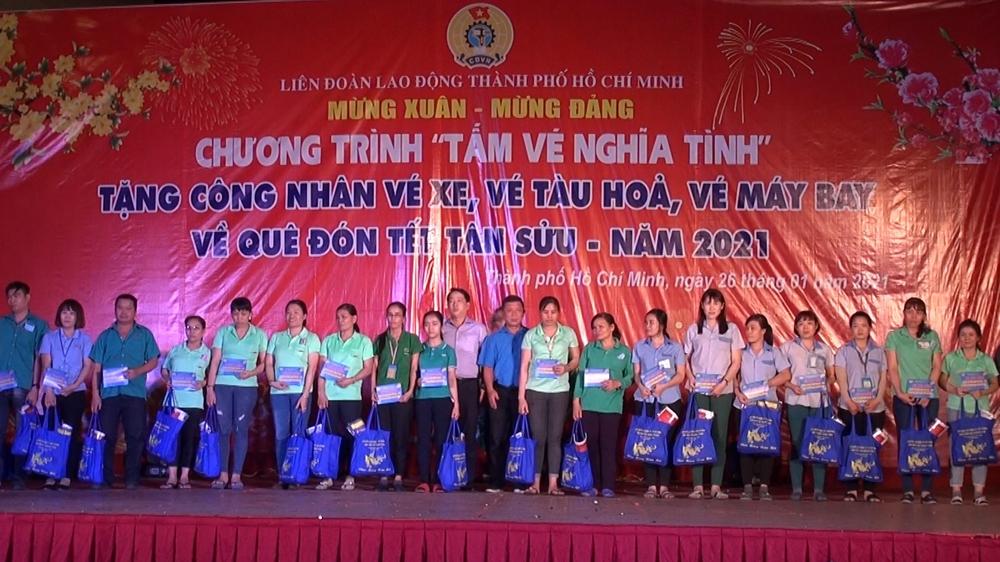 """Hơn 800 """"Tấm vé nghĩa tình"""" đưa lao động nghèo về quê đón Tết"""