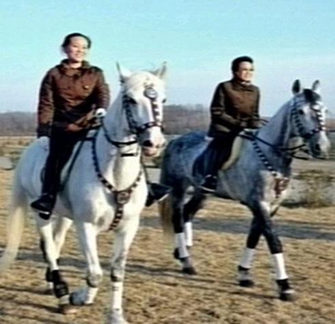 """Thân thế bí ẩn về 2 """"bóng hồng"""" bên cạnh ông Kim Jong Un"""
