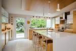 Những căn bếp hiện đại với sắc trắng và nội thất gỗ