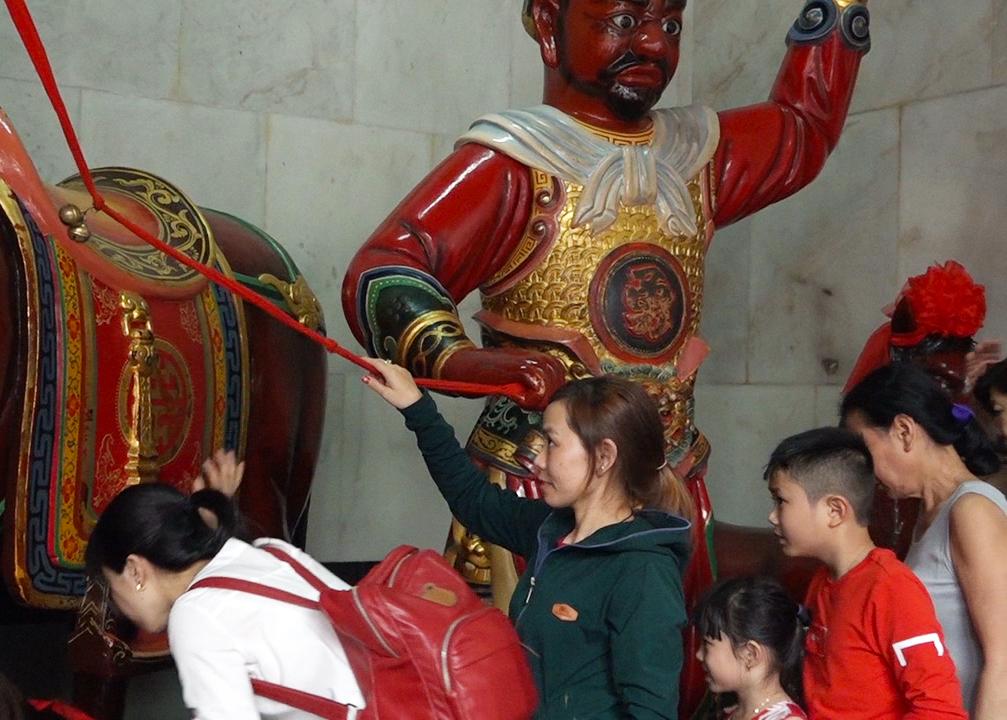 Người Hoa ở Sài Gòn đi chùa rung chuông ngựa để cầu may