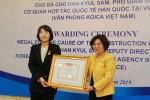 Thứ trưởng Phan Thị Mỹ Linh trao kỷ niệm chương cho Phó Giám đốc  Koica tại Việt Nam