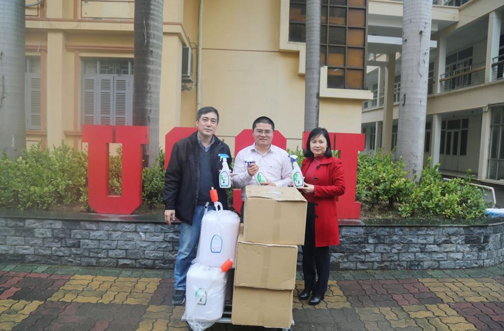 Công ty Orenji tặng nước rửa tay diệt khuẩn cho trường Đại học Khoa học Xã hội & Nhân văn Hà Nội