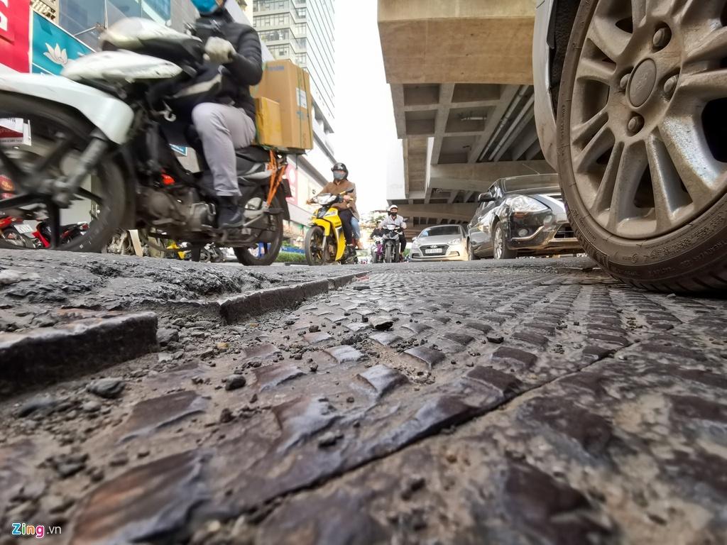 Ma trận ổ gà trên đường Cầu Giấy ở Hà Nội