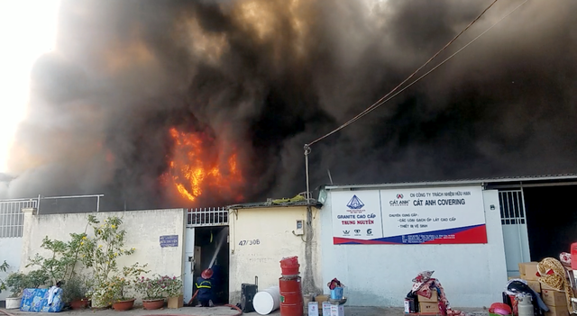Hơn 100 lính cứu hoả căng mình chữa cháy công ty hoá chất
