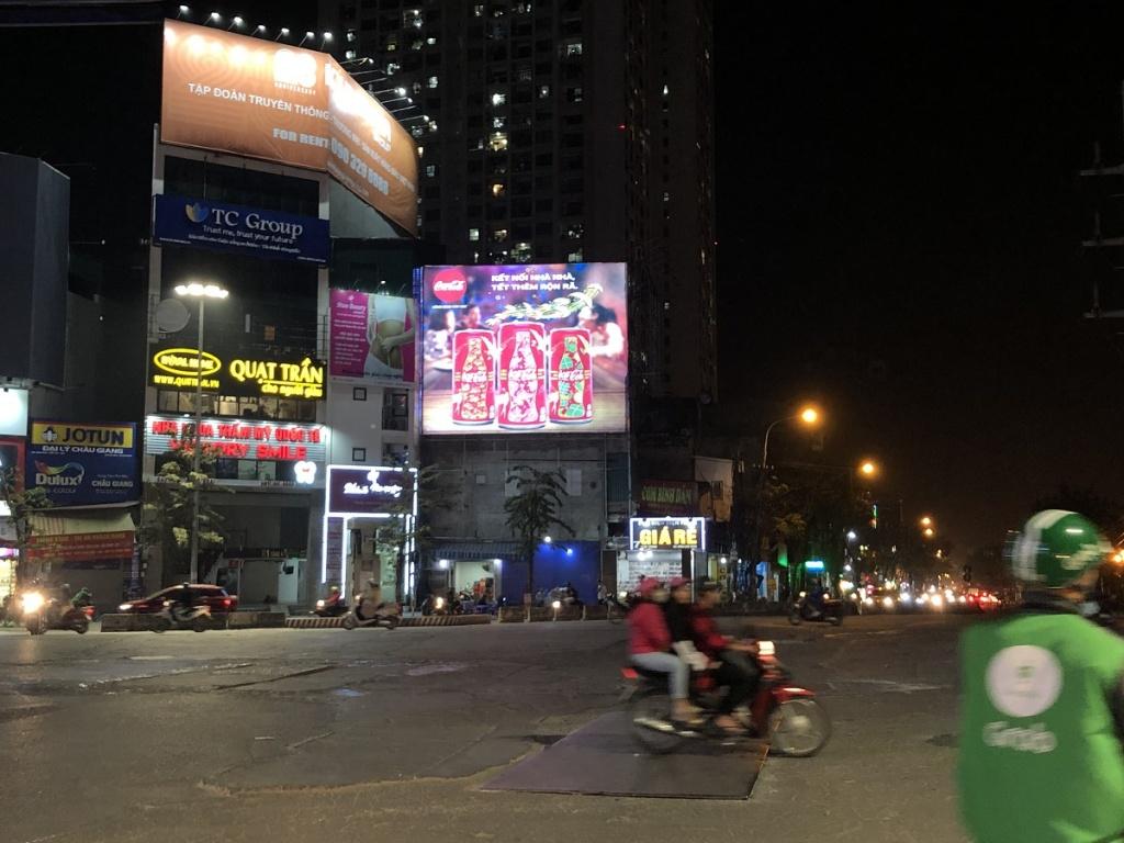 """Hà Nội: """"Loạn"""" đèn trang trí, biển hiệu quảng cáo"""