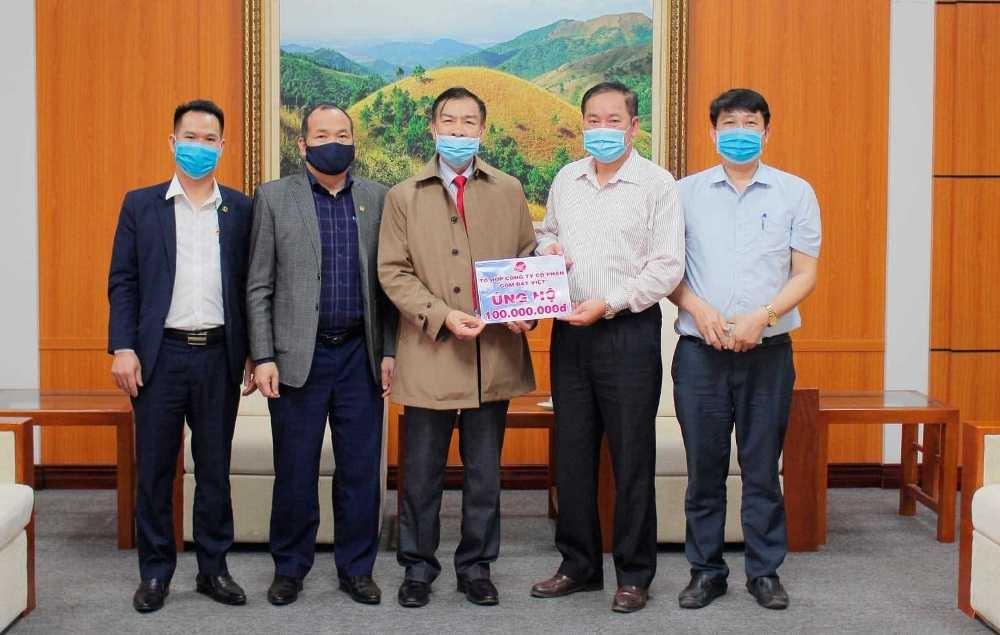Quảng Ninh: Anh hùng lao động Nguyễn Quang Mâu trao 100 triệu đồng ủng hộ Đông Triều chống dịch