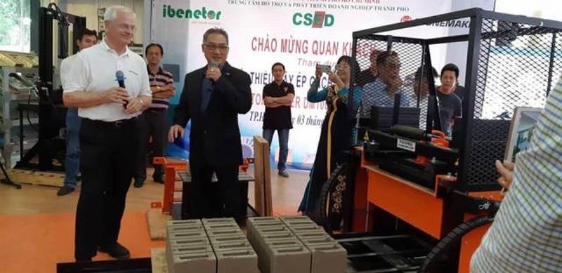 Máy ép gạch không nung của Canada được giới thiệu tại Việt Nam