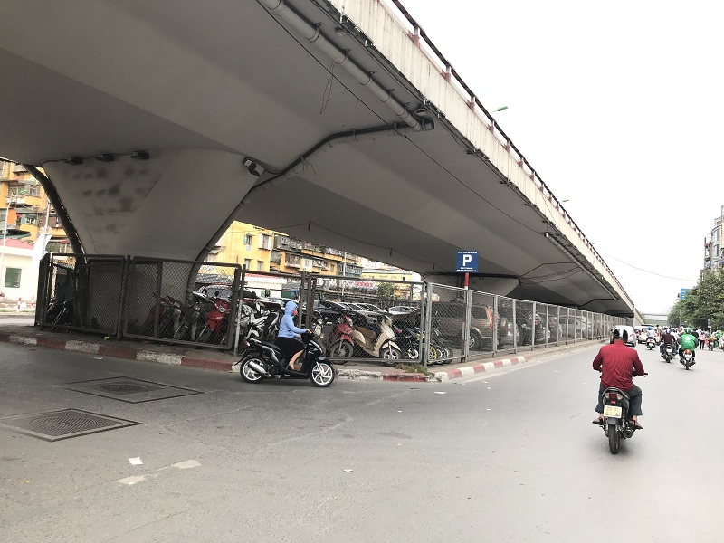 Hà Nội: Gầm cầu vượt bị chiếm dụng làm bãi trông giữ xe