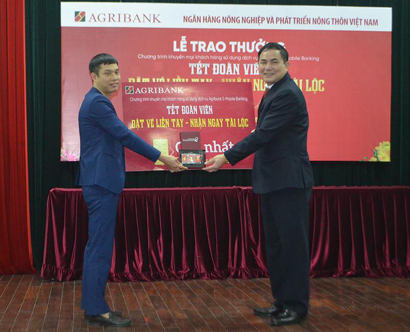 Agribank Quảng Ninh trao một cây vàng SJC cho khách hàng đạt giải nhất