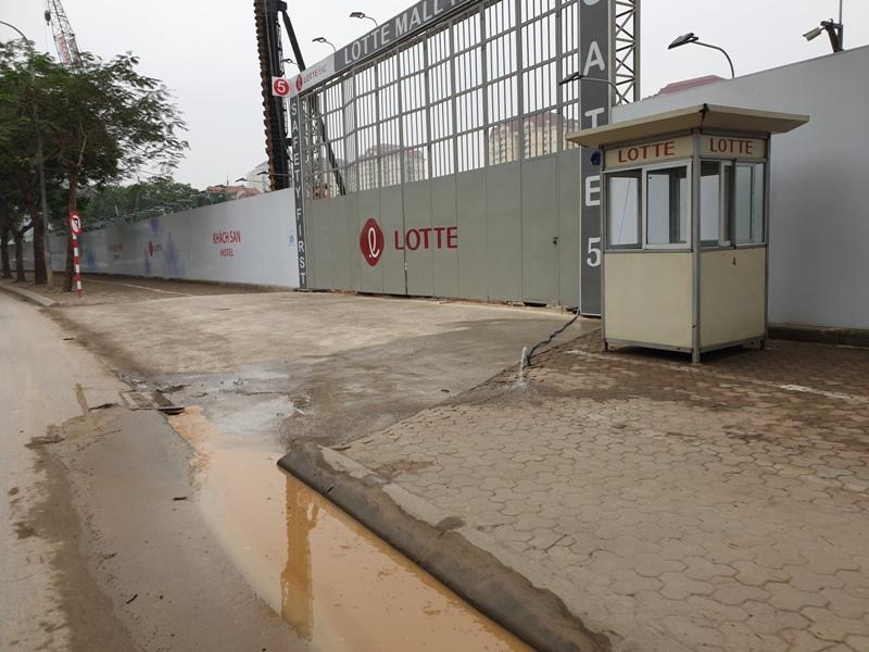 Tây Hồ (Hà Nội): Người dân bức xúc khi dự án Lotte Mall Hanoi ngang nhiên xả nước thải thi công ra đường