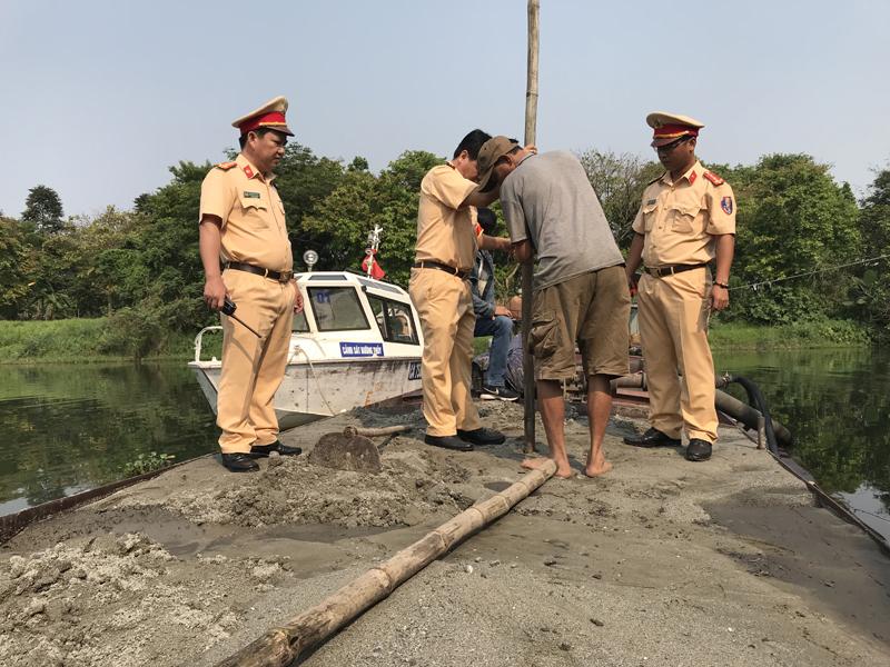 """Thừa Thiên - Huế: Phát hiện tàu """"khủng"""" hút trộm cát giữa sông Hương"""