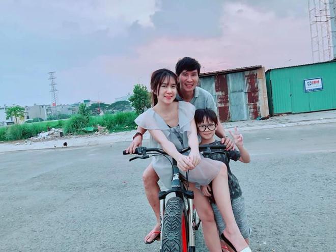 Lý Hải, Minh Hà cùng 4 con sống như 'nông dân' trong biệt thự mới mua