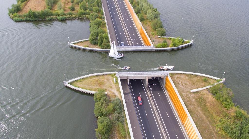 Loạt công trình nổi tiếng thế giới được xây dựng trên mặt nước